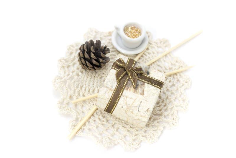 Obrazek z koronką, mini pudełkiem i dekoracjami, zdjęcia stock