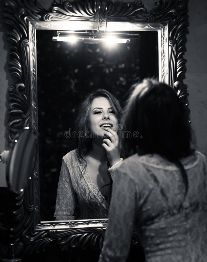 Obrazek zmysłowa piękna młoda dama patrzeje w lustrze obraz royalty free