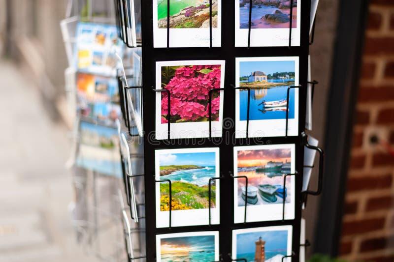 obrazki i pocztówki w sklepie w Saint Malo fotografia stock