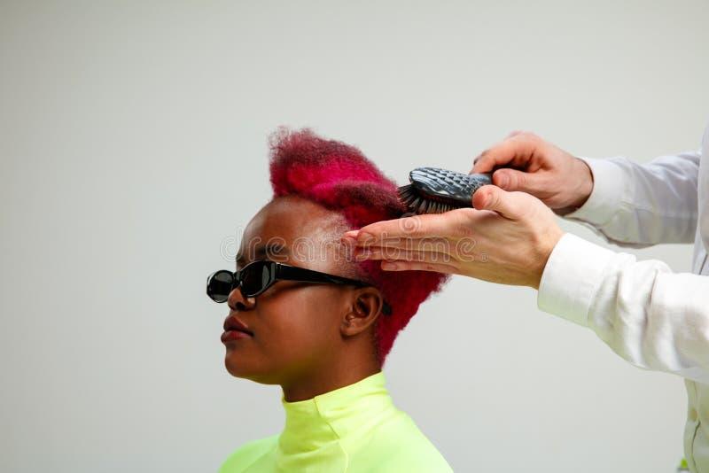 Obrazuje pokazywać dorosłej kobiety przy włosianym salonem fotografia royalty free