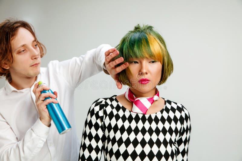 Obrazuje pokazywać dorosłej kobiety przy włosianym salonem obraz stock