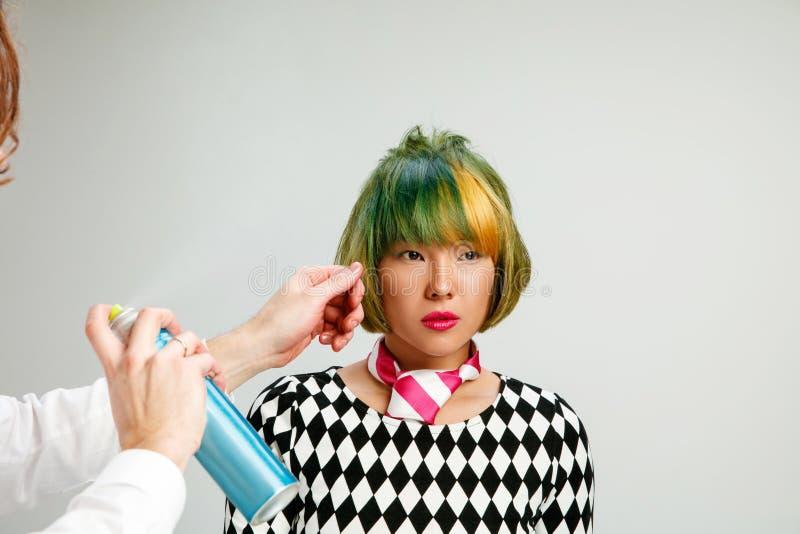 Obrazuje pokazywać dorosłej kobiety przy włosianym salonem zdjęcia royalty free