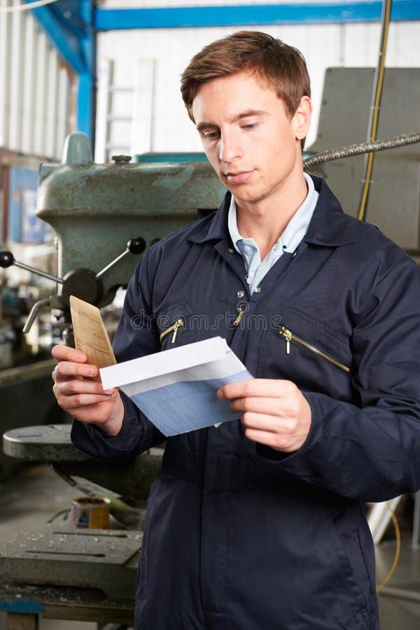 Obrero Opening Wage Packet fotos de archivo libres de regalías