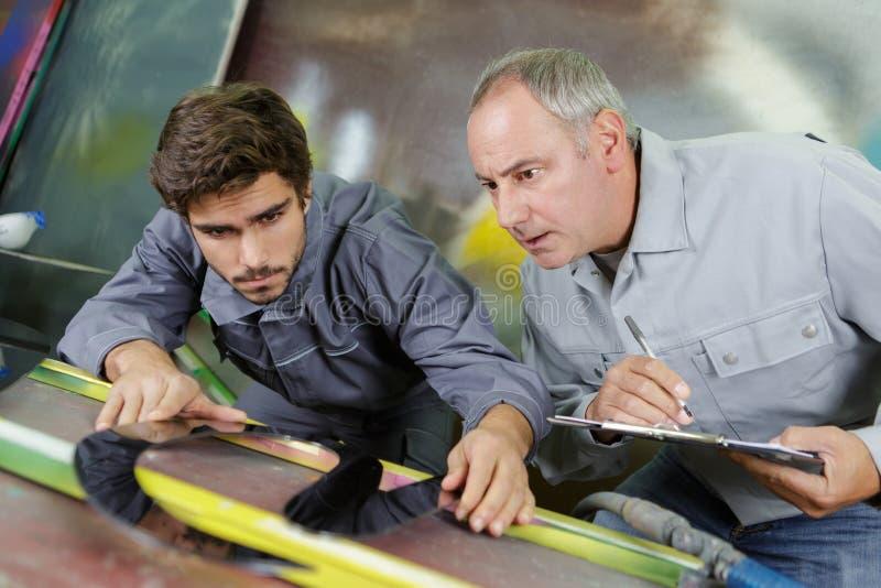 Obreros durante trabajo imágenes de archivo libres de regalías