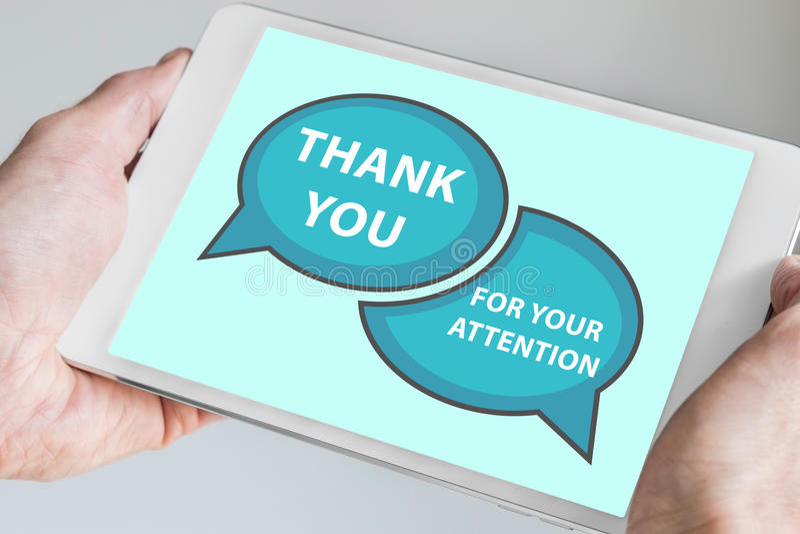 Obrigado para seu conceito da atenção com a mão que guarda o dispositivo moderno do tela táctil como a tabuleta a ser usada como  foto de stock