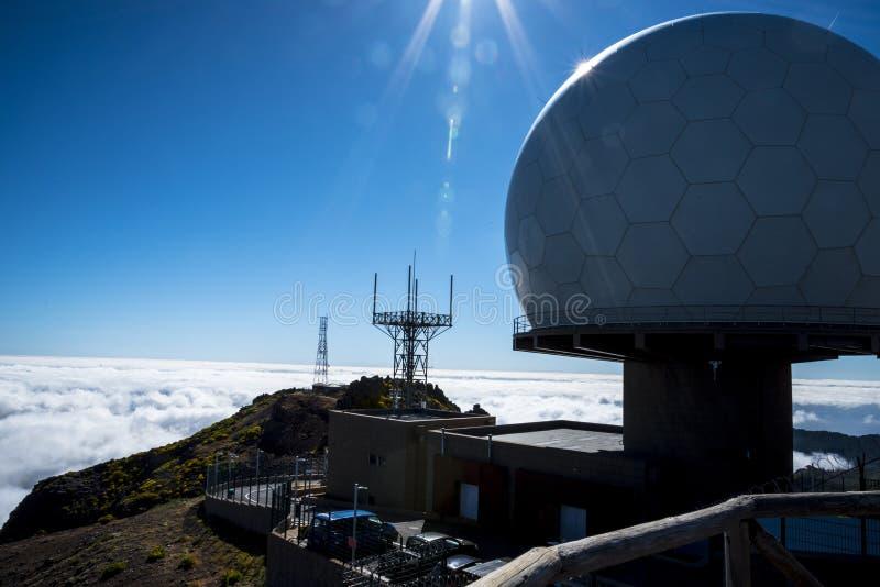 Obrony Powietrznej Radarowa stacja na Pico robi Arieiro, przy 1.818 m wysokimi, jest madery wyspy ` s trzeci wysokim szczytem obraz royalty free
