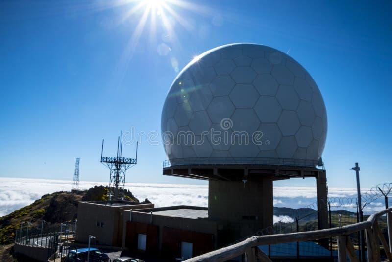 Obrony Powietrznej Radarowa stacja na Pico robi Arieiro, przy 1.818 m wysokimi, jest madery wyspy ` s trzeci wysokim szczytem zdjęcie stock