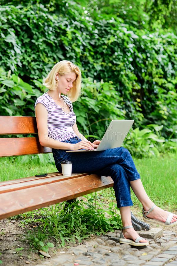 Obrotny biznes pi?kna kobieta t?a komunikaci biznesowej konceptualnej ilustraci odosobniony biel kawowa przerwa przy biznesowym l zdjęcie royalty free