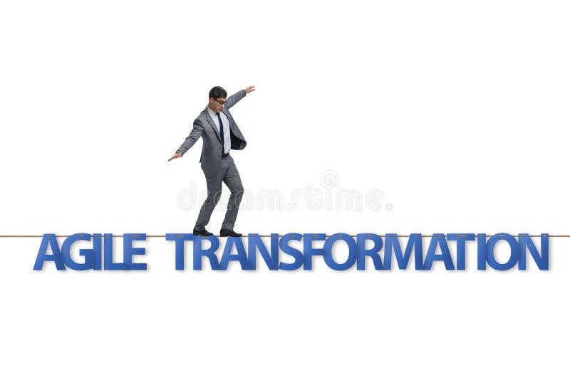 Obrotny transformacji poj?cie z biznesmena odprowadzeniem na ciasnym r fotografia royalty free