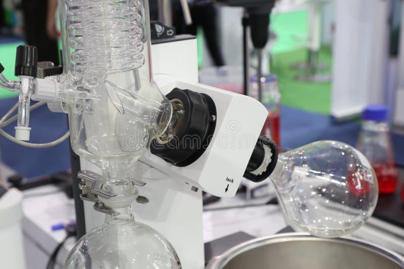 Obrotowy ewaporator w chemicznym laboratorium zdjęcia stock
