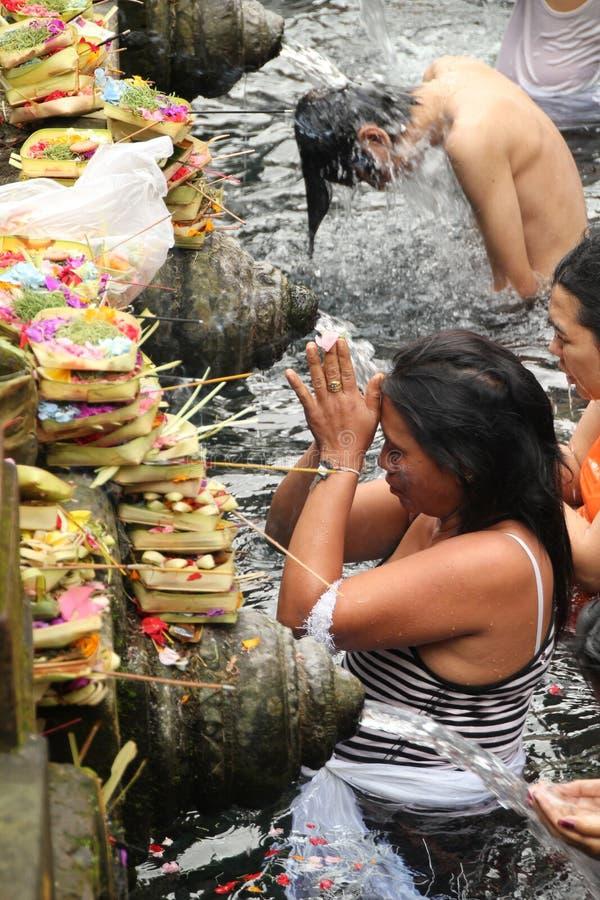 Obrządkowa kąpanie ceremonia przy Tampak Siring, Bali Indonezja obrazy stock