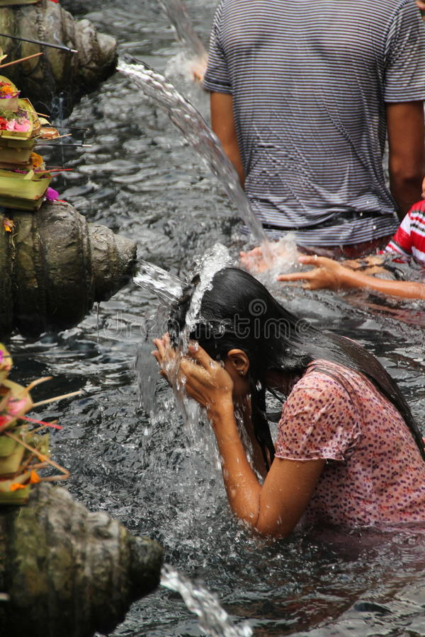 Obrządkowa kąpanie ceremonia przy Tampak Siring, Bali Indonezja obraz royalty free