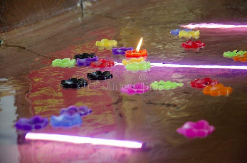 Obrządkowego modlenia kolorowa świeczka unosi się na wodzie dla modli się opierać Buddha, wizerunek przy Watem Phra Chakkrasi Wor zdjęcie stock