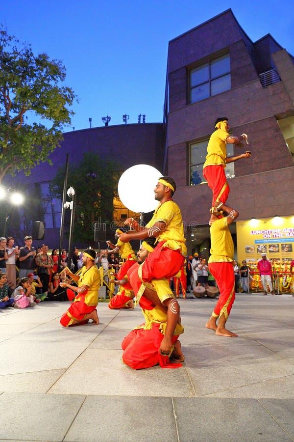 Obrządkowi tanowie Karnataka: Występ przy esplanada Plenerowym teatrem Singapur obraz royalty free