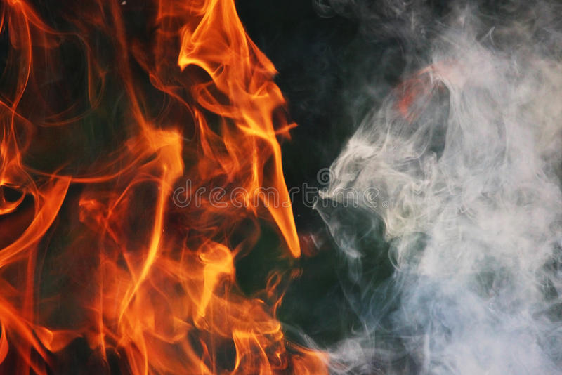 Obrządkowy taniec ogień i dym przeciw tłu zielona trawa trzy elementy obrazy royalty free