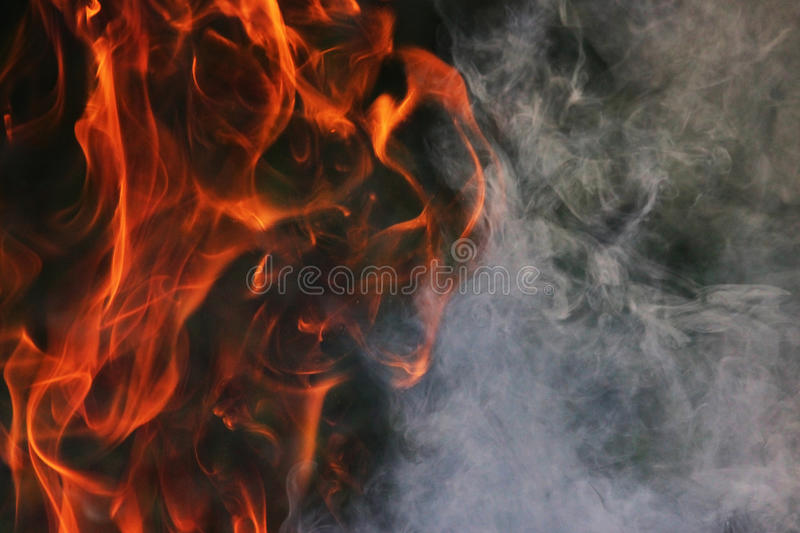 Obrządkowy taniec ogień i dym przeciw tłu zielona trawa trzy elementy obrazy stock