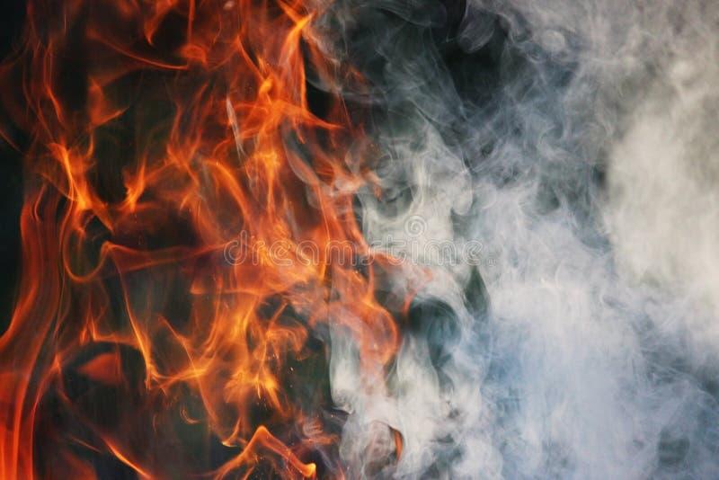 Obrządkowy taniec ogień i dym przeciw tłu zielona trawa trzy elementy zdjęcie stock