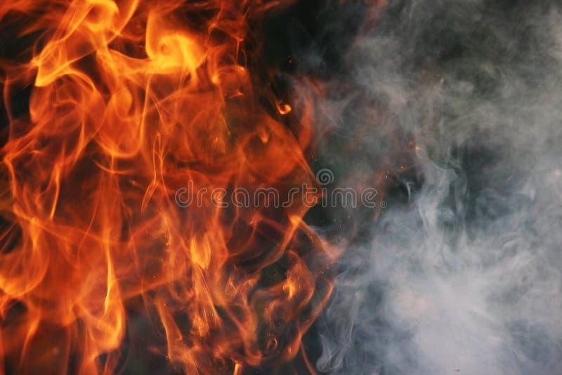 Obrządkowy taniec ogień i dym przeciw tłu zielona trawa trzy elementy zdjęcie royalty free