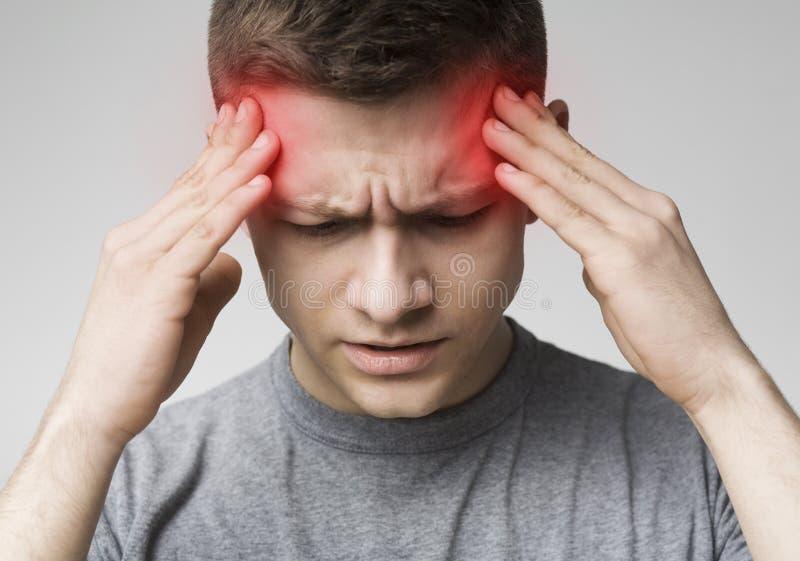 Obsługuje cierpienie od migreny, dotyka jego świątynie obraz stock