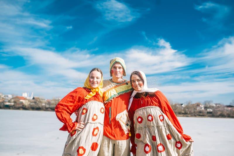 Obsługuje i dwa kobieta w Rosyjskim obywatelu odziewa Slawistyczny wakacje końcówka zima obraz royalty free