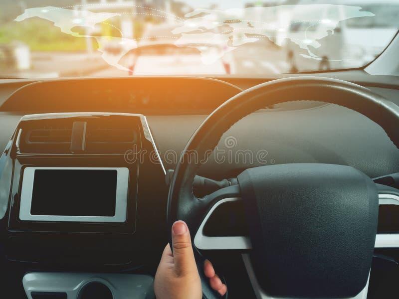 Obsługuje napędowego samochód od tylni widoku na autostradzie Kierowcy ` s ręki na kierownicie wśrodku samochodu fotografia stock