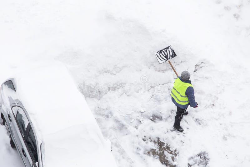 Obsługuje przeszuflowywać śnieg po opad śniegu i miecielicy, kopii przestrzeń Odgórny widok obraz royalty free