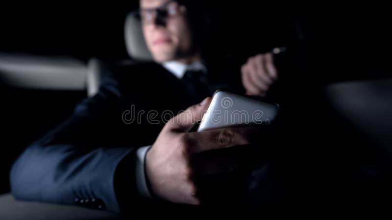 Obsługuje spęczenie po dostawać wiadomość tekstową od kobiety, daktylowy niepowodzenie, samochodowy jeżdżenie fotografia royalty free