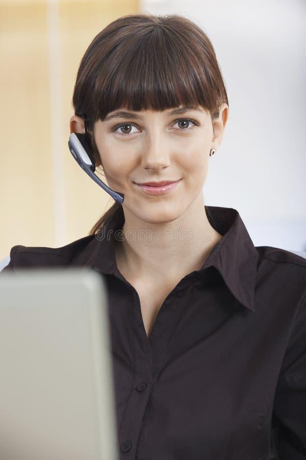 Obsługa Klienta operator Jest ubranym Telefoniczną słuchawki obraz royalty free