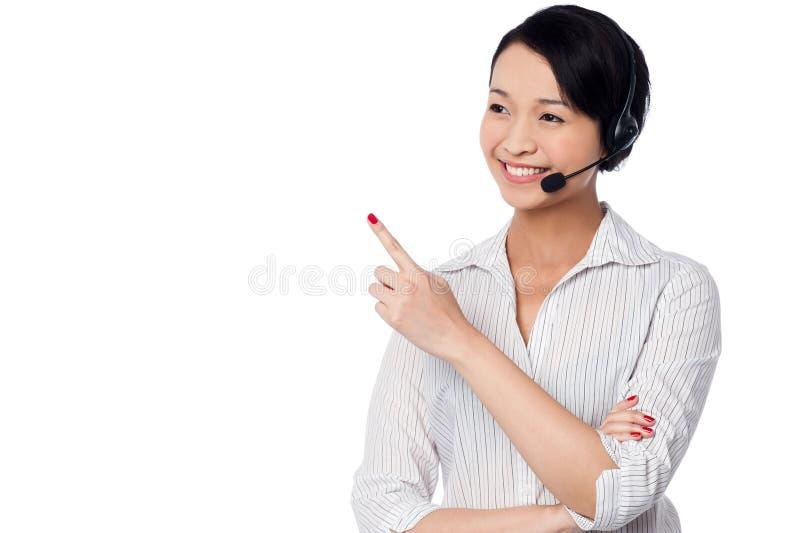 Obsługa klienta personel wskazuje daleko od obraz stock