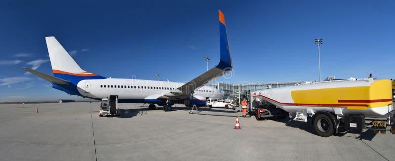 Obsługi naziemnej obchodzić się samolot przed odjazdem przy powietrzem zdjęcia stock