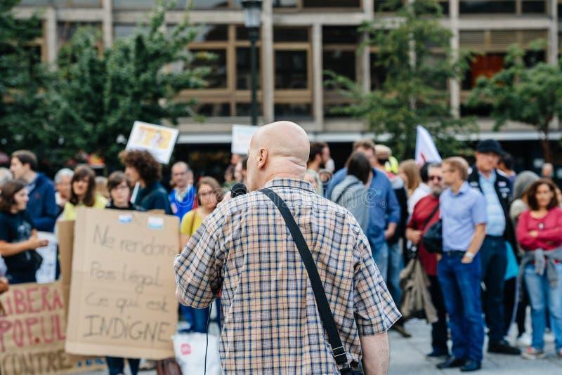 Obsługuje adresowanie tłoczyć się przy protestem przeciw Macron obrazy stock
