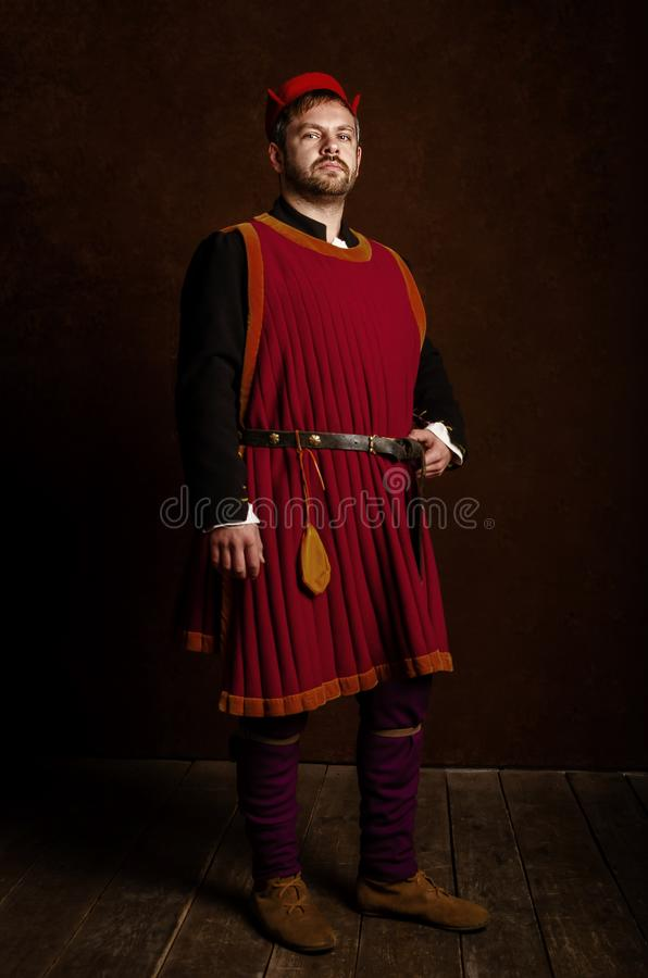 Obsługuje aktora w 15 wiek kostiumowy średniowiecznym na starzejącym się stylizowanym tle Hobby, odbudowa średniowieczny ży fotografia stock