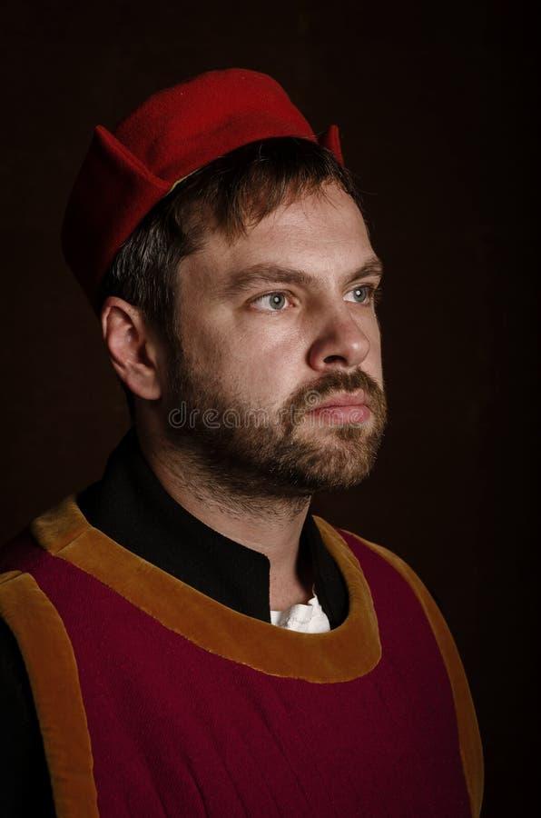 Obsługuje aktora w 15 wiek kostiumowy średniowiecznym na starzejącym się stylizowanym tle Hobby, odbudowa średniowieczny ży zdjęcia royalty free