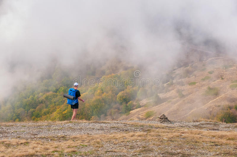 Obsługuje backpacker wycieczkuje w jesieni górach patrzeje pięknego krajobraz obrazy stock