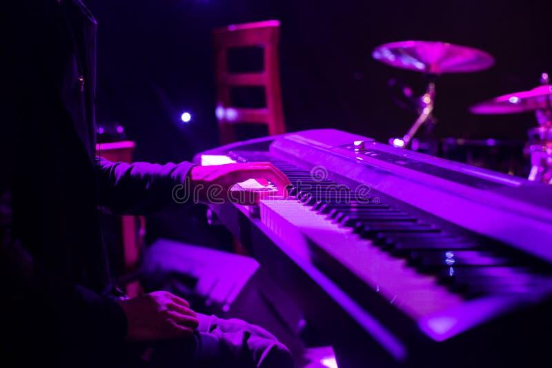 Obsługuje bawić się na syntetyk klawiaturze na scenie podczas koncerta zdjęcia royalty free