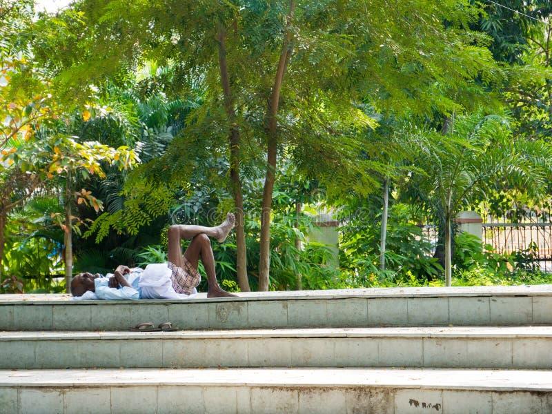 Obsługuje brać drzemkę w jawnym parku Chennai zdjęcie stock