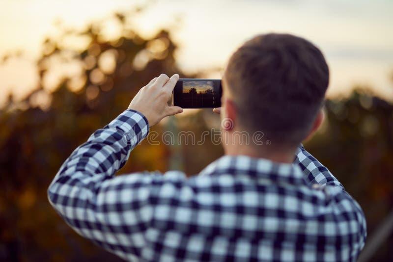 Obsługuje brać fotografię z cyfrową kamerą na telefonie komórkowym fotografia royalty free