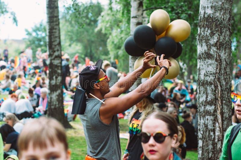 Obsługuje brać fotografię z smartphone na Helsinki dumy festiwalu w Kaivopuisto jawnym parku zdjęcia royalty free