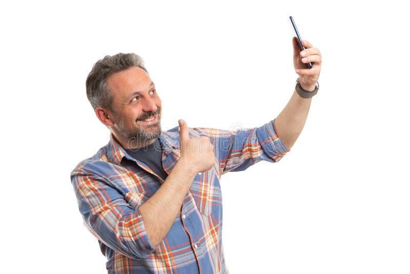 Obsługuje brać selfie i robić kciukowi w górę gesta zdjęcie stock