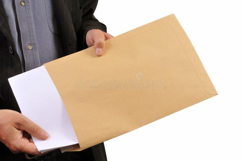 Obsługuje brać za dokumentach od koperty na białym tle fotografia stock