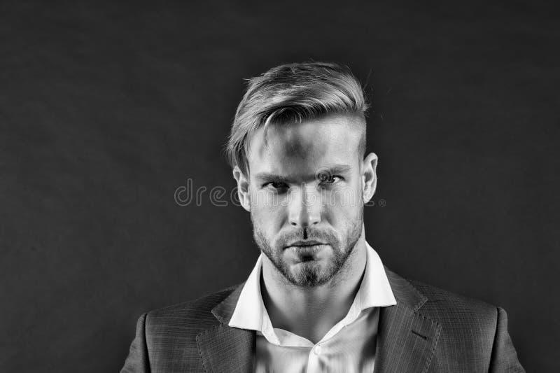 Obsługuje brodatą surową twarz z fryzurą, ciemny tło Męskości pojęcie Mężczyzna brodaty nieogolony facet patrzeje przystojnym zdjęcia royalty free
