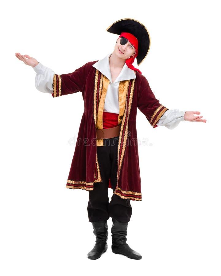 Obsługuje być ubranym pirata kostium pozuje z mienie gestem, odosobnionym na bielu obrazy stock