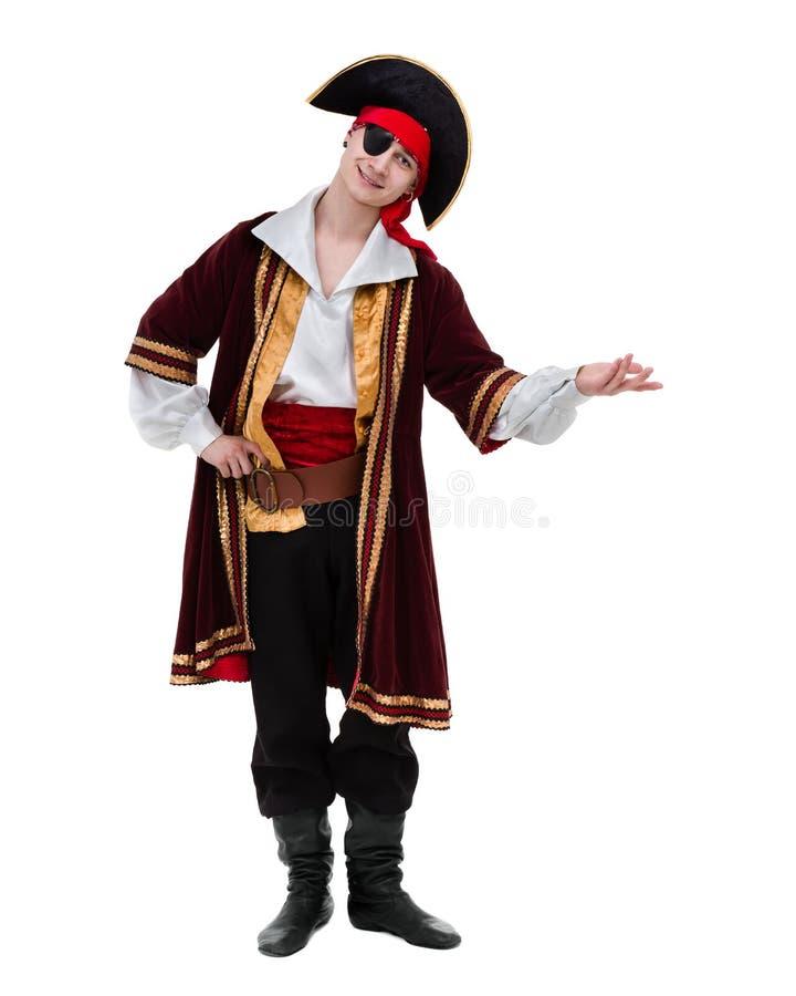 Obsługuje być ubranym pirata kostium pozuje z mienie gestem, odosobnionym na bielu zdjęcie stock