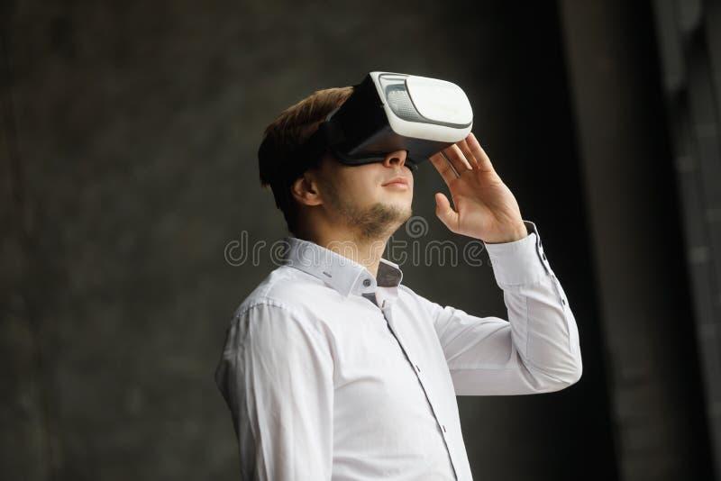 Obsługuje być ubranym rzeczywistość wirtualna gogle ogląda filmy lub bawić się wideo gry Vr słuchawki projekt jest rodzajowy i ża obraz royalty free