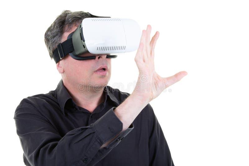 Obsługuje być ubranym rzeczywistość wirtualna gogle w białym pustym studiu z smartphone używać z VR słuchawki w Horyzontalnym zdjęcia royalty free