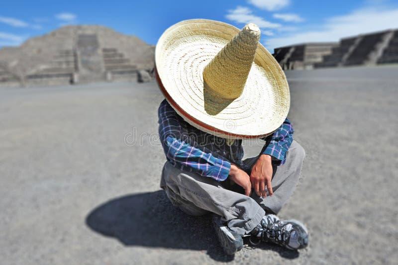 Obsługuje być ubranym sombrero kapelusz ma sjestę, drzemkę/w Meksyk obrazy royalty free