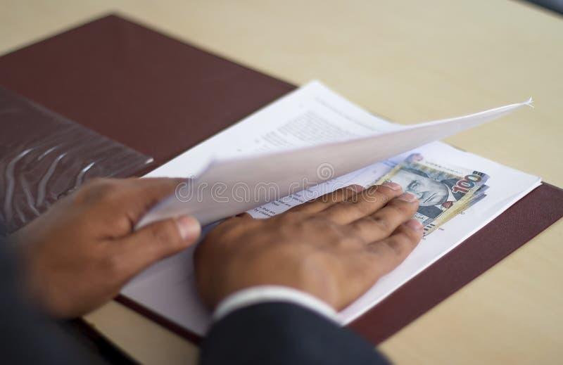Obsługuje chować łapówkę pod niektóre papierami, Peruwiański pieniądze obraz stock