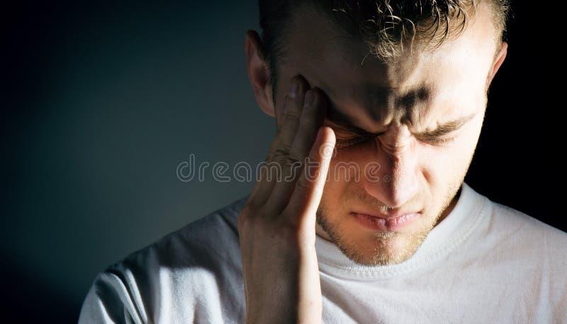 Obsługuje chwyt ból, migrena, smutny przygnębiony jego i cierpienie od migreny obraz stock