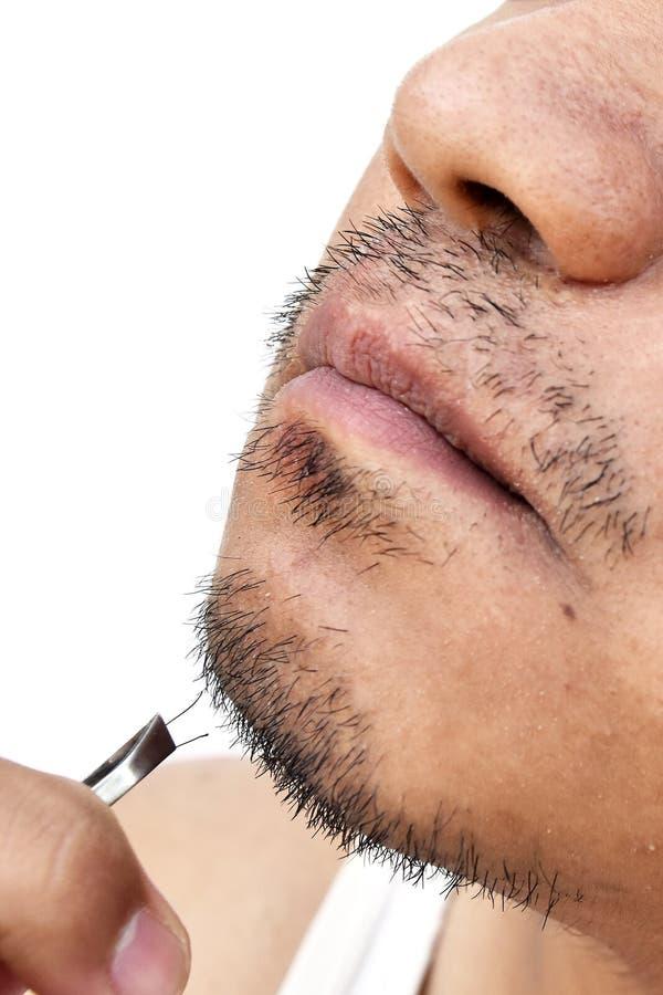 Obsługuje ciągnienie wąsy pincetami na białym tle zdjęcia stock
