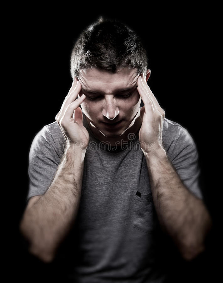 Obsługuje cierpienie migreny migrenę w bólowej czuciowej chorobie z rękami na tempie obraz royalty free